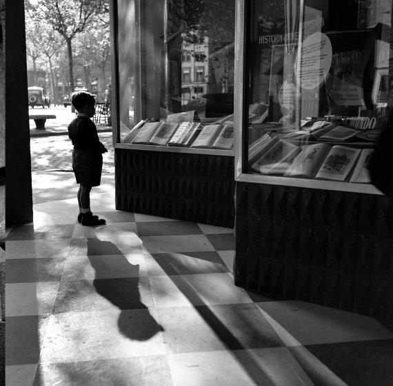 Escaparate con niño (Barcelona), 1954
